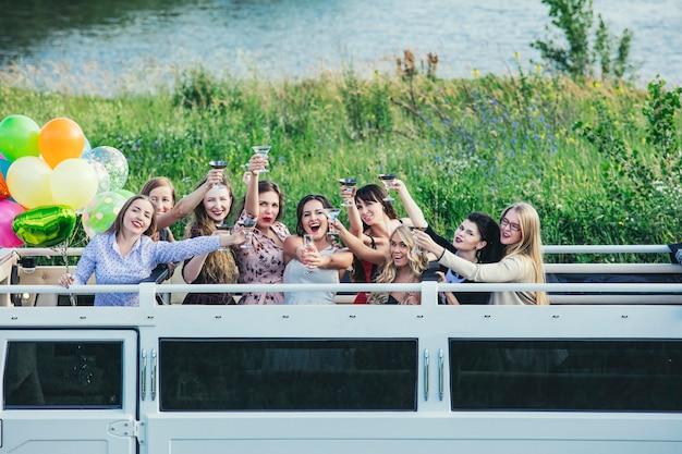 Młode piękne szczęśliwe kobiety świętują wieczór panieński w kabriolecie