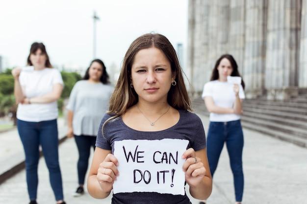 Młode protestujące kobiety maszerujące razem