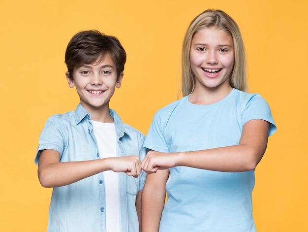 Młode rodzeństwo pozdrawia pięścią