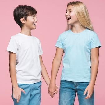 Młode rodzeństwo, trzymając się za ręce