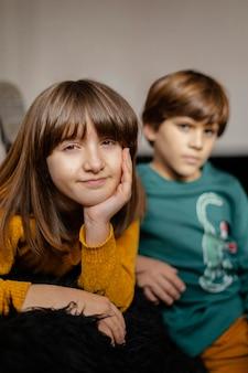 Młode rodzeństwo w domu