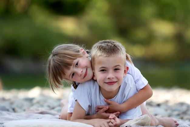 Młode szczęśliwe słodkie blond uśmiechnięte dzieci