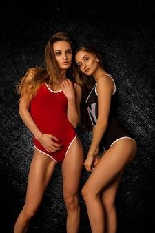 Młode szczupłe seksowne dziewczyny w garniturach
