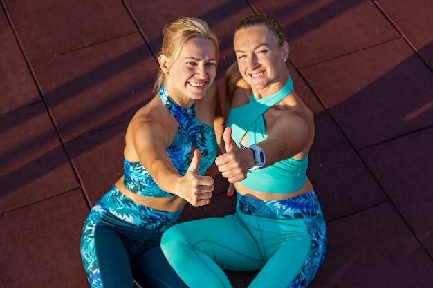 Młode zawodniczki są zaangażowane rano na boisku sportowym. ćwiczenia fitness. zdrowy tryb życia.