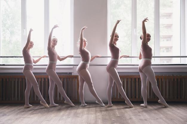 Młode zgrabne tancerki baletowe tańczą na treningu. piękno baletu klasycznego.