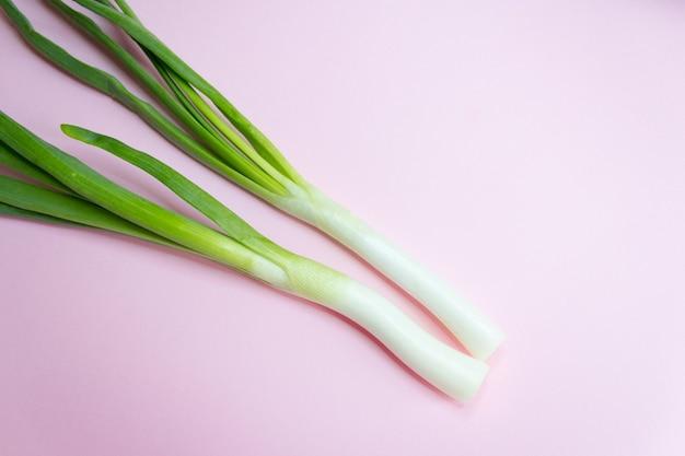 Młode zielone cebule