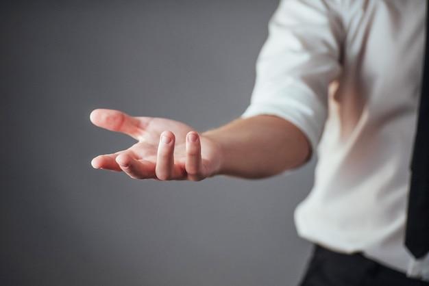 Młodego biznesmena seansu puste ręki