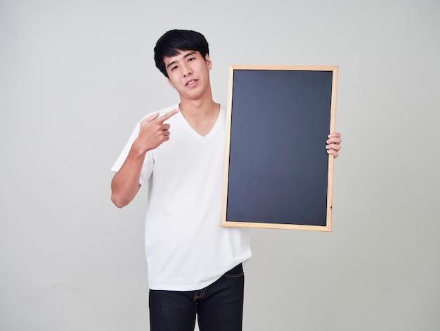 Młodego człowieka mienia pusty blackboard