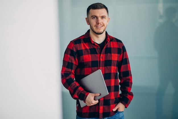 Młodego człowieka mienia studencki komputer