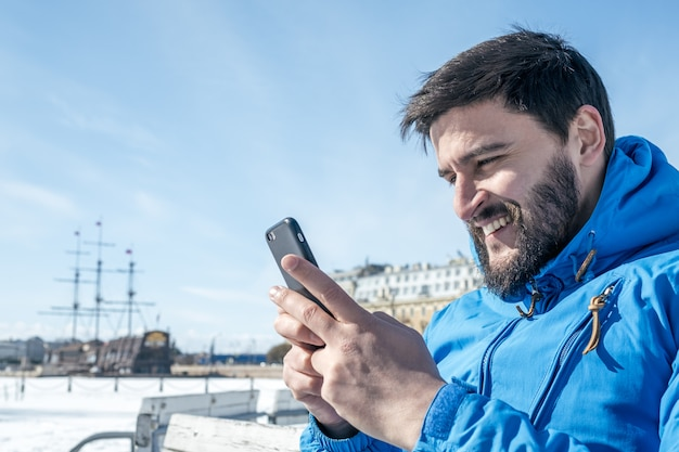 Młodego człowieka mienia telefon komórkowy w mieście
