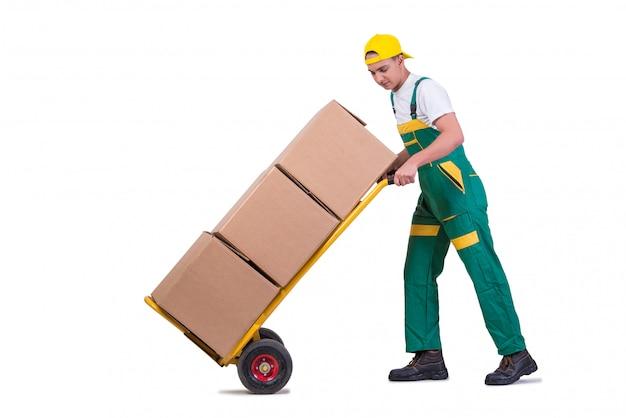 Młodego człowieka poruszający pudełka z furą odizolowywającą na bielu