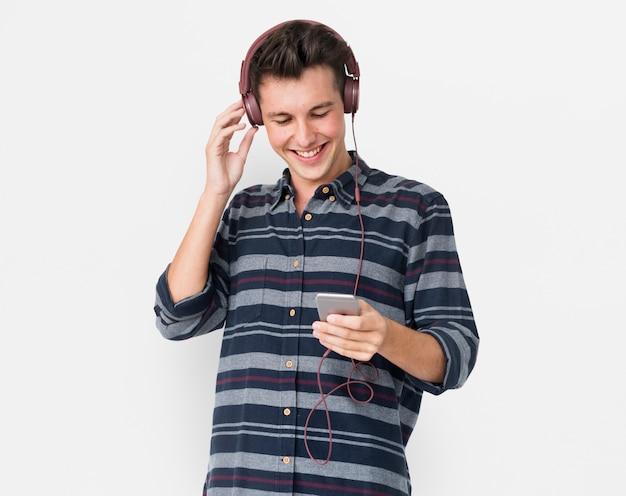 Młodego człowieka przypadkowy słuchanie muzyka