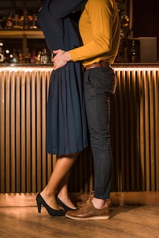 Młodego człowieka przytulenie z szczupłą kobietą blisko zakazuje kontuar