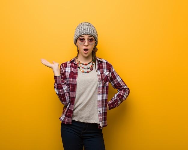 Młodego hipisa naturalna kobieta trzyma coś na palmowej ręce
