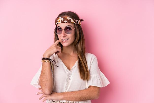 Młodego modnisia caucasian kobieta odizolowywał zrelaksowanego główkowanie o coś patrzeje odbitkową przestrzeń.