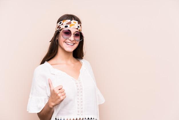 Młodego modnisia caucasian kobieta uśmiecha się kciuk up i podnosi