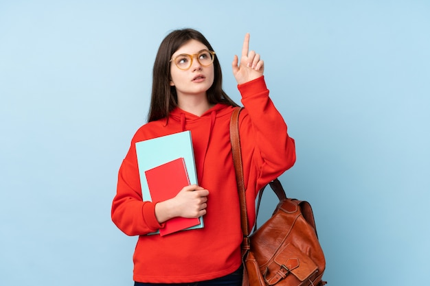 Młodego nastolatka studencka kobieta trzyma sałatkowego macanie na przejrzystym ekranie