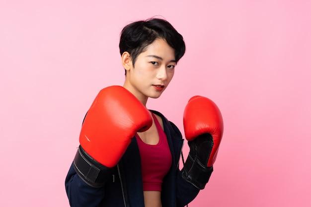 Młodego sporta azjatycka kobieta z bokserskimi rękawiczkami