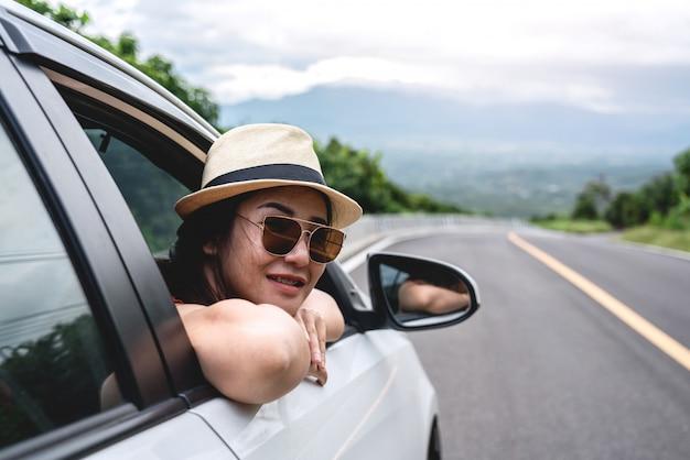 Młodego uśmiechniętego szczęścia piękna kobieta jest ubranym białego kapelusz