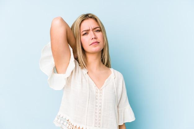 Młodej blondynki caucasian kobieta odizolowywał cierpienie ból szyi z powodu siedzącego trybu życia.