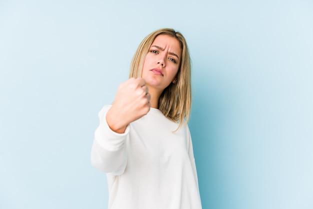 Młodej blondynki caucasian kobieta odizolowywał pokazywać pięść, agresywny wyraz twarzy.