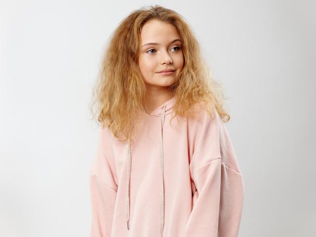 Młodej dziewczyny dziecko pozuje w eleganckich ubraniach