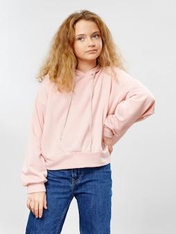 Młodej dziewczyny dziecko pozuje w eleganckiej ubrania przestrzeni