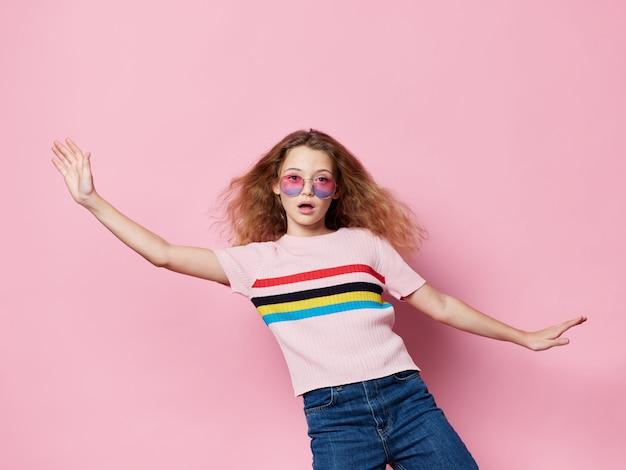 Młodej dziewczyny dziecko pozuje w stylowych ubraniach