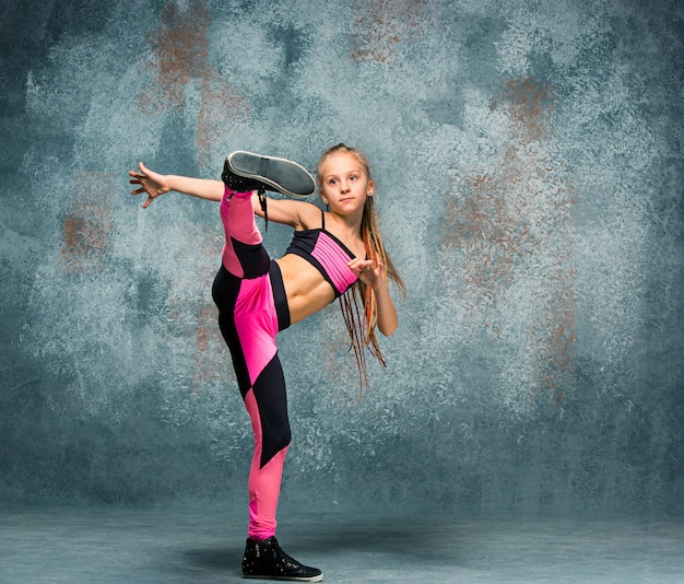Młodej dziewczyny przerwy taniec na ścianie.