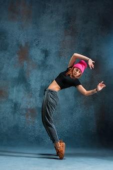 Młodej dziewczyny przerwy taniec na ścianie