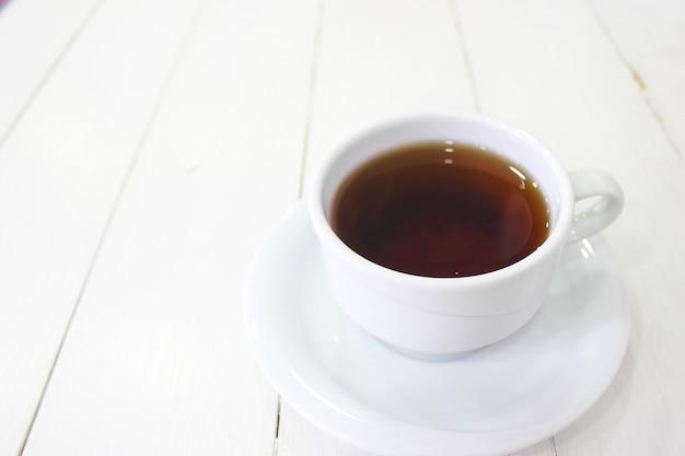 Młodej dziewczyny siedzący caffe je gofra śniadaniowego z czekoladowym sosem, plasterkami banana i truskawkami na zielonym ceramicznym talerzu i fotografował jej śniadanie