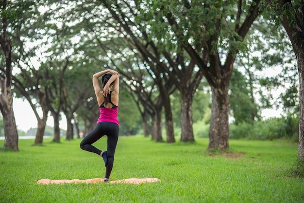 Młodej kobiety ćwiczy joga w parku