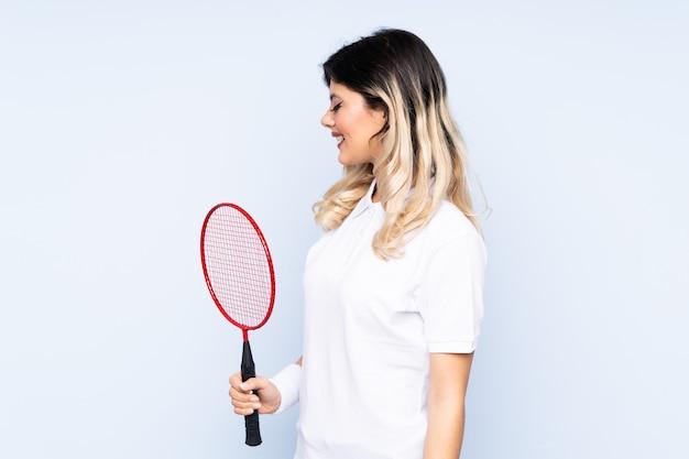 Młodej kobiety gracz w tenisa nad odosobnioną ścianą