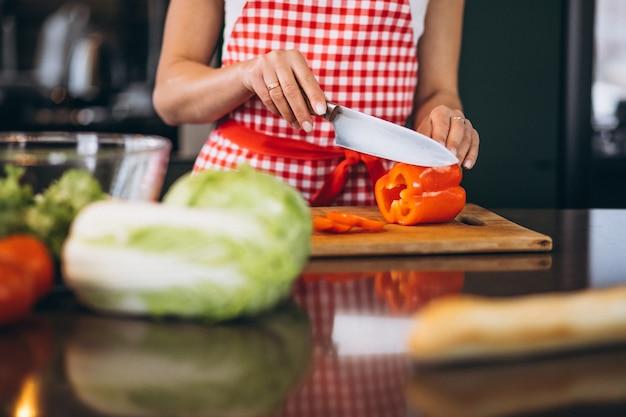 Młodej kobiety kucharstwo przy kuchnią