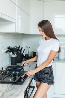Młodej kobiety kucharstwo w kuchni