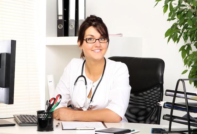 Młodej kobiety lekarka w jej biurze