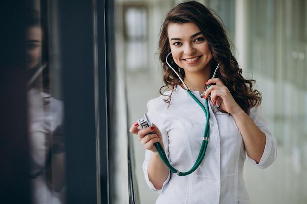 Młodej kobiety lekarka z stetoskopem przy szpitalem