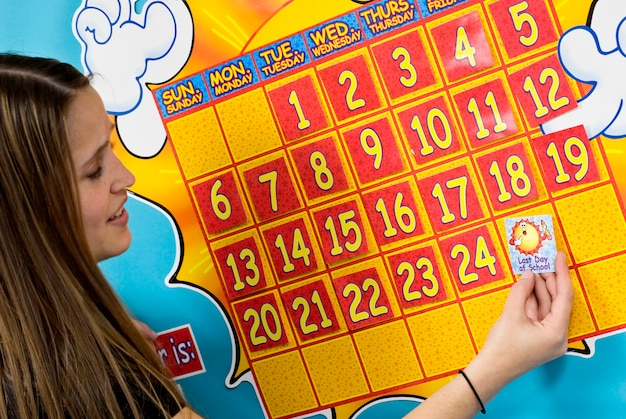 Młodej kobiety mienia majcher kalendarzem