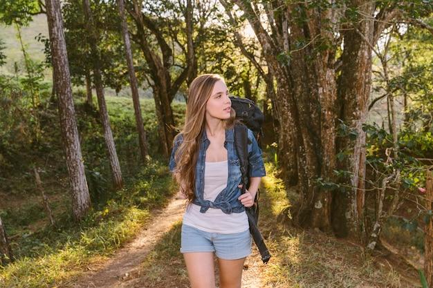 Młodej kobiety odprowadzenie na drodze polnej w lesie