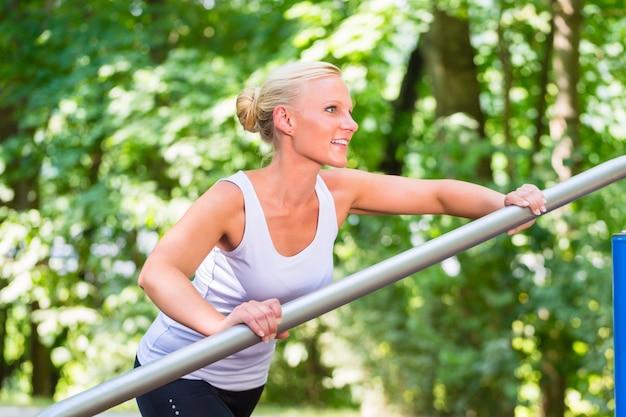 Młodej kobiety rozciąganie przed sportem na sprawność fizyczna śladzie