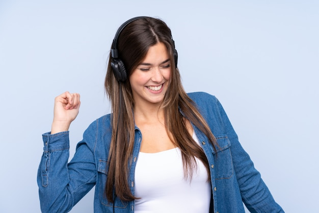 Młodej kobiety słuchająca muzyka nad odosobnioną ścianą