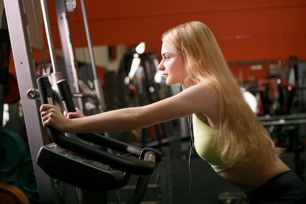 Młodej kobiety szkolenie na rowerze w gym