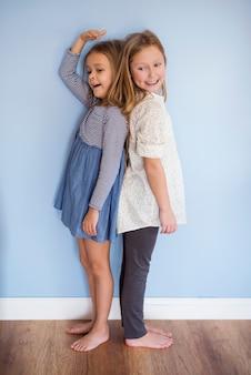 Młodsza dziewczynka jest prawie tak wysoka jak jej siostra