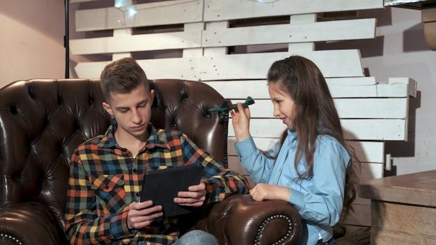 Młodsza siostra niepokojąca brat do surfowania w internecie