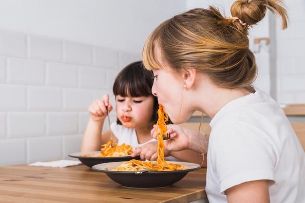 Młodsze i starsze siostry o smacznym posiłku