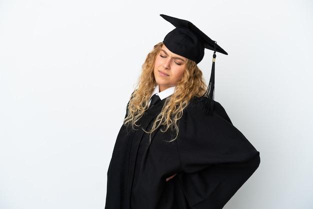 Młody absolwent uniwersytetu na białym tle cierpiący na ból pleców za wysiłek
