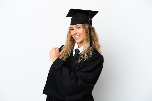 Młody absolwent uniwersytetu na białym tle dumny i zadowolony z siebie