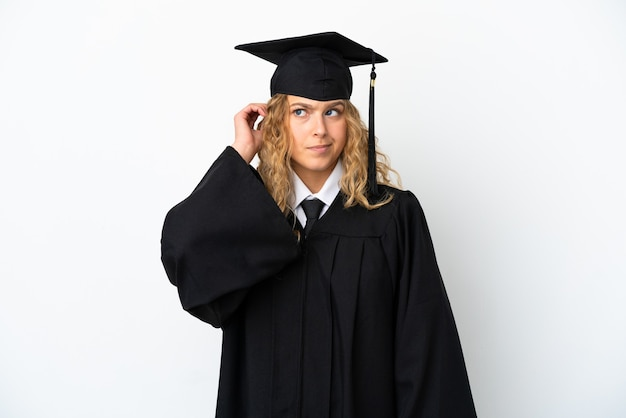 Młody absolwent uniwersytetu na białym tle mający wątpliwości