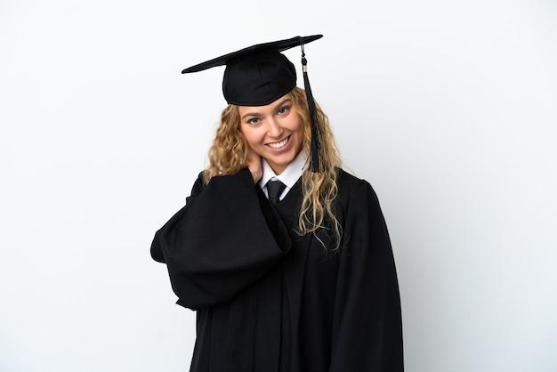 Młody absolwent uniwersytetu na białym tle śmiejąc się