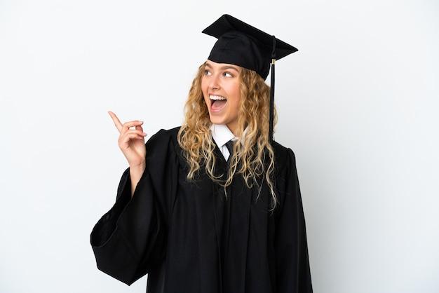 Młody absolwent uniwersytetu na białym tle zamierza zrealizować rozwiązanie, podnosząc palec w górę